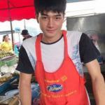 Anh chàng bán cà ri khiến cả khu chợ Thái Lan náo loạn vì quá đẹp trai