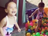 Con gái Phạm Quỳnh Anh diện áo tắm nô đùa cực yêu trên biển