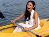 Việt Trinh chèo thuyền, khoe sắc rạng rỡ hệt như gái đôi mươi