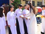 Hoa khôi Nam Em về thăm trường cũ, tặng học bổng cho học sinh nghèo vượt khó