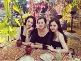 Ba mẹ con Angela Phương Trinh 'ton sur ton' đi ăn tối