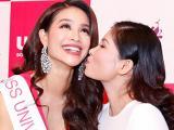 Mẹ Phạm Hương hôn con gái thắm thiết trước giờ đi thi