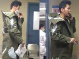 Lý Thần bịt khẩu trang kín mít vào bệnh viện khám tay
