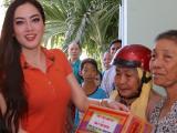 Hoa hậu Jennifer Huỳnh tự tay trao quà Tết cho người dân nghèo tỉnh Bến Tre