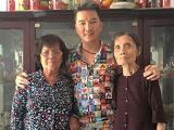Đàm Vĩnh Hưng đưa mẹ ruột đến nhà vợ lớn thắp hương cho ba