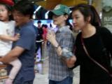 Vợ chồng Lee Young Ae đưa hai con sinh đôi đi công viên