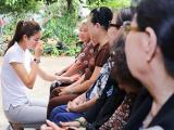 Phạm Hương liên tục lau nước mắt khi đến thăm các nghệ sĩ già