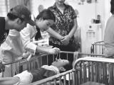 Trương Ngọc Ánh giản dị đi thăm trẻ em tàn tật, mồ côi