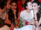 Biểu cảm cực yêu của Lan Khuê và Phạm Hương khi ở bên nhau