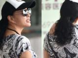 Lưu Hiểu Khánh mất điểm vì vô tư đứng gãi giữa sân bay