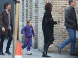 Công chúa nhỏ Harper mặc đồ tím, búi tóc củ tỏi theo mẹ xuống phố