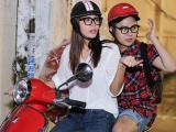 Minh Tú lái xe máy chở NTK Chung Thanh Phong tặng lồng đèn cho trẻ em đường phố