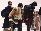 Harper để tóc xõa, mặc đồ điệu đà cùng bố mẹ và các anh trai trở về Anh quốc