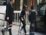 Bà xã David Beckham phải nẹp chân, chống nạng sau chuyến đi trượt tuyết với gia đình