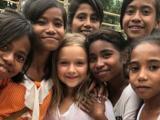 Bé Harper xinh như công chúa đi dạy tiếng Anh cho trẻ em nghèo