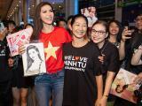 Minh Tú hạnh phúc trong vòng tay mẹ và hàng trăm fan ngày trở về