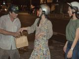 Hồng Đào  cùng ca sĩ Hà Thanh Xuân lái xe máy nửa đêm phát áo mưa và quà trung thu cho người vô gia cư