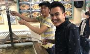 Danh hài Hoài Linh về Mỹ thăm bố mẹ và hội ngộ cùng con trai ruột