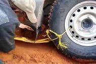 Cách hay khi ô tô bị sa lầy