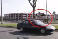 Thót tim với màn đùa giỡn với ô tô trên đường của chàng trai