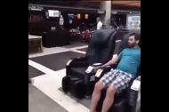 'Bất tỉnh' sau khi ngồi thử ghế massage