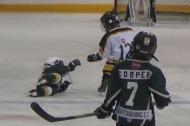 Hình ảnh đáng yêu của cô bé 4 tuổi giúp đỡ đối thủ bị té ngã
