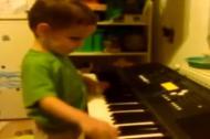 Cậu bé 4 tuổi bị mù chơi nhạc tài tình