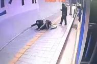 Hố tử thần nuốt chửng người đi bộ ở Seoul, Hàn Quốc