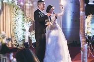 Cặp đôi hát 'Một nhà – Nhé anh' tình tứ trong lễ cưới