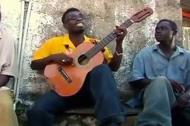 Kinh ngạc xem nghệ sĩ đường phố chơi guitar một dây
