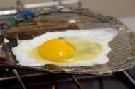 Lạ lẫm với cách làm trứng ốp lết từ... giấy báo