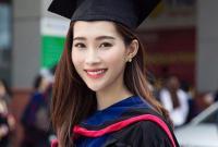 Hoa hậu Đặng Thu Thảo rạng rỡ diện áo cử nhân nhận bằng Đại học ở tuổi 26