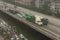 Hàng trăm xe nối đuôi nhau 'bò' theo sau chiếc container và xe bồn ở đường trên cao