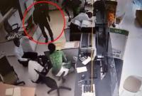 Clip: Dùng súng uy hiếp nhân viên ngân hàng, cướp hơn 2 tỷ đồng ở Trà Vinh