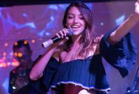 Celine Farach xinh đẹp, khoe giọng hát trong bar khi tới Sài Gòn