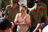 Hoa hậu Phương Nga cười tươi khi bước vào ngày xét xử thứ 3