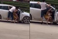 Người đàn ông đánh phụ nữ đang bế con nhỏ dã man khiến dư luận phẫn nộ