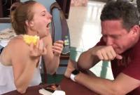 'Chết cười' khi xem đôi bạn Tây lần đầu ăn thử sầu riêng