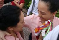 Mẹ con hoa hậu Phương Nga trào nước mắt ngay cổng trại tạm giam