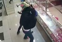 Nhóm cướp 'khóc ròng' vì dùng búa tạ vẫn không đập vỡ nổi tủ đựng vàng