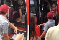 Nhân viên nhà xe ném đồ, quát mắng và đuổi khách nước ngoài giữa đường ở Nha Trang