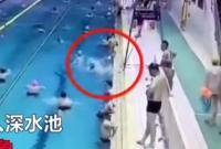 Bé trai đuồi nước, vùng vẫy giữa bể bơi đông người mà không ai hay biết