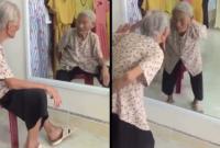 Clip bà cụ ngồi nói chuyện với bóng của mình trong gương 'gây bão' trên mạng
