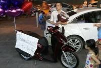 Chồng 'soái ca' tặng vợ xe SH khiến bao người ngưỡng mộ