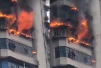 Hãi hùng giây phút sinh tử, đu mình trên ban công nhà cao tầng đang cháy ngùn ngụt