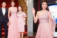Hoa hậu Phạm Hương lộng lẫy làm MC, được vợ chồng em trai đến ủng hộ
