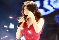 Hòa Minzy bị pháo hoa bắn vào mặt khi đang trình diễn trên sân khấu