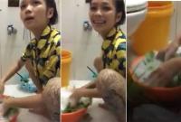 Ngày giết sâu bọ, cô gái sạch sẽ đến mức rửa rau bằng nước rửa bát khiến dân mạng 'cạn lời'