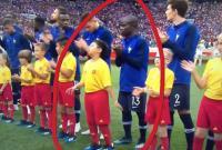 Dân mạng truyền tay nhau hình ảnh cậu bé 10 tuổi người Việt Nam dắt tay nhà tân vô địch ra sân trong trận chung kết World Cup