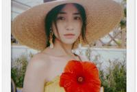 Ngẩn ngơ trước vẻ đẹp mong manh của Hòa Minzy bên hoa dâm bụt